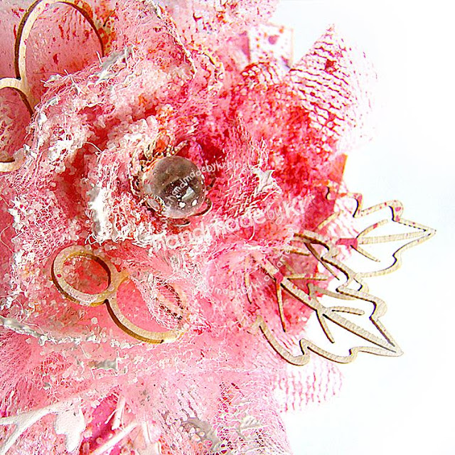 piękny kwiat wykonany z tiulu ozdobiony tekturką