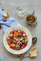 Sałatka z pomidorami i labneh
