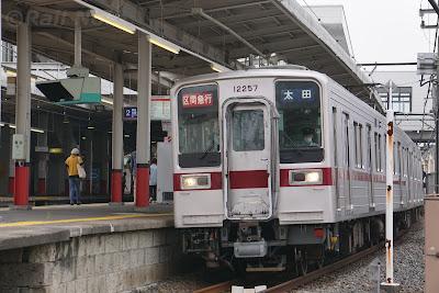加須駅に停車中の区間急行