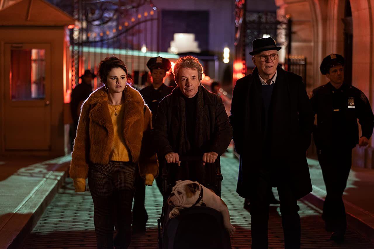 Charles, Oliver y Mabel salen del Arconia en Only Murders in the Building