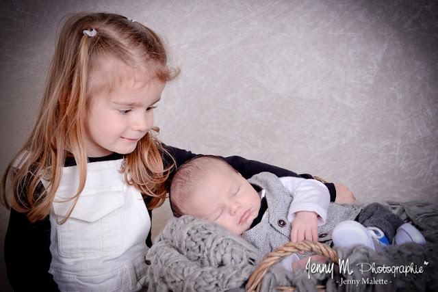 portrait bébé et sa grande soeur, séance photo famille, douceur, tendresse