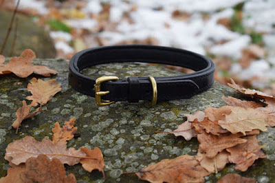 Collare con imbottitura in cuoio nero e fibbia con roller in ottone adatto a cani di media taglia e fatto su misura