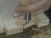 Marcar y terminar de cortar desde el otro lado del hueco. http://www.enredandonogaraxe.com