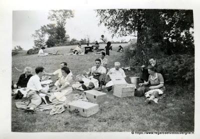 Photo noir et blanc ancienne : pique-nique à la campagne en famille