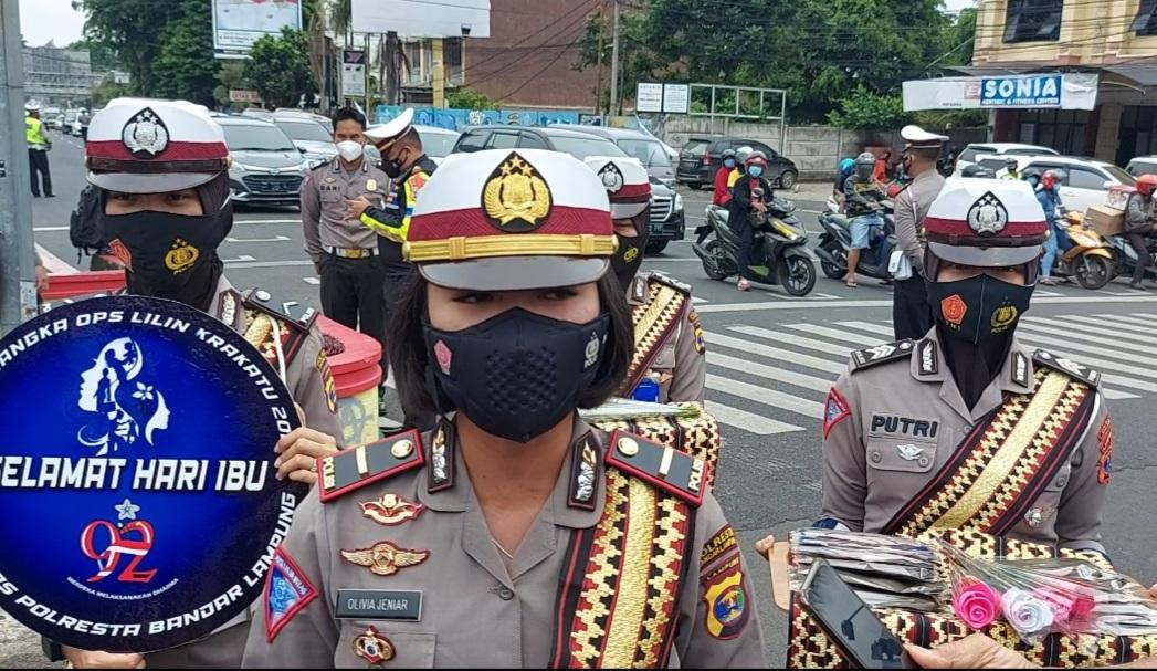 """Hari ibu """"polisi wanita polresta bandar Lampung bagikan masker"""