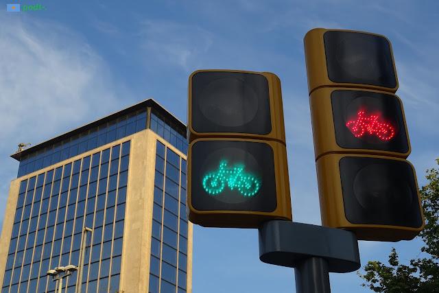 Semàfors de bicicletes a la plaça de Joan Carles I de Barcelona