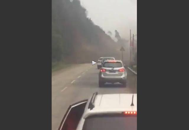 ΤΡΟΜΟΣ! Βουνό καταρρέει μπροστά από τα αυτοκίνητα τους (video)