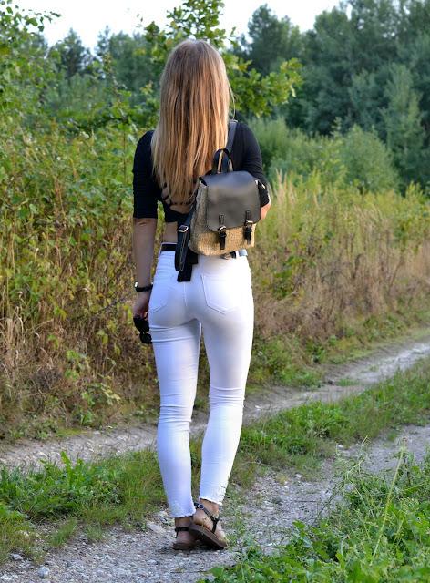 Słomkowy plecak w boho stylizacji z białymi spodniami :)