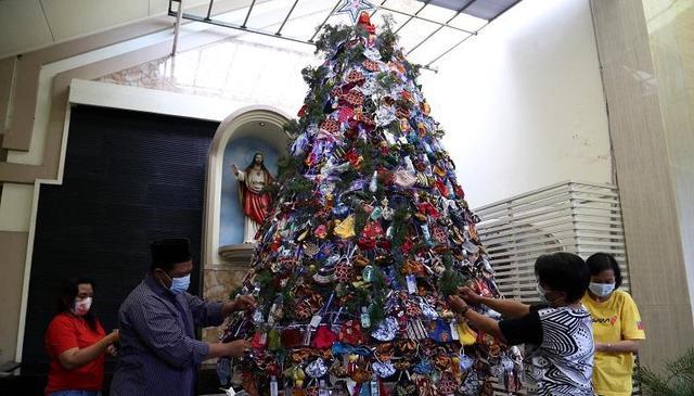 Anggap Natal Seperti Idul Fitri, Warga NU Rangkai Pohon Natal di Gereja Katolik Kristus Raja Surabaya