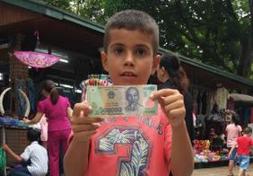 Joel con un billete de 500.000 Dongs, unos 12€.