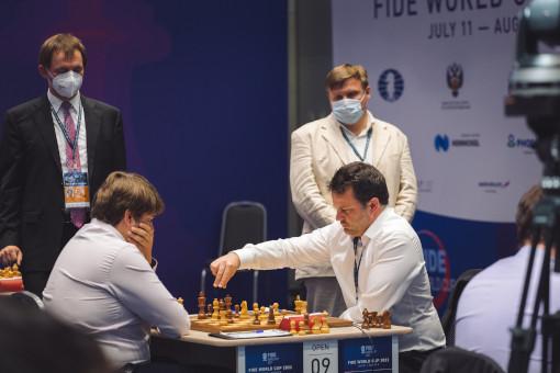 Étienne Bacrot contre Pavel Ponkratov lors du 4ème tour de la coupe du monde d'échecs - Photo © Anastasia Korolkova
