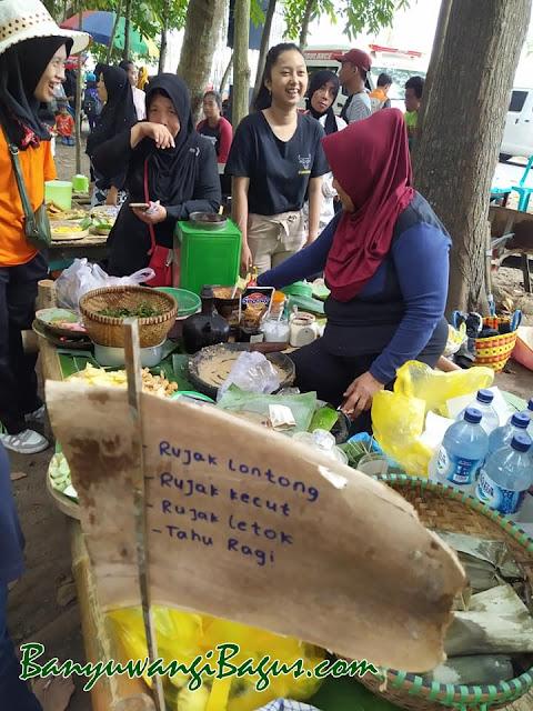 Aneka rujak di Pasar Wit-Witan Singojuruh.