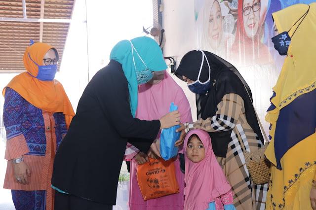 Bunda Niken Serahkan Bantuan di KSB, Ajak Masyarakat Bantu UMKM