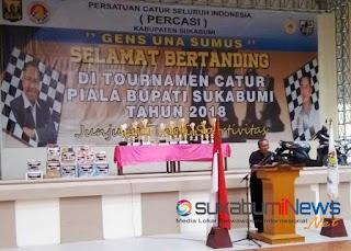Bupati Sukabumi, Marwan Hamami saat berpidato pada pembukaan Turnamen Catur Piala Bupati 2018 di Gelanggang Remaja Cisaat Kabupaten Sukabumi, Sabtu (22/12).