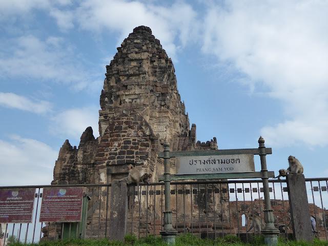 Antiguo templo Jemer y actual cuartel general de los monos de Lopburi