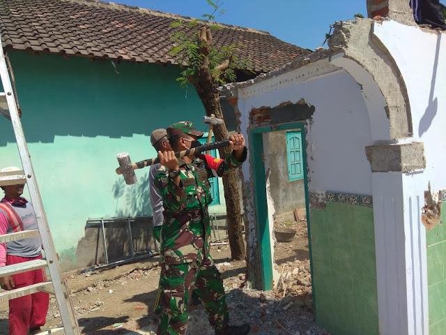 Babinsa Cawas Bersama Warga Gotong Royong Bongkar Masjid untuk di Rehap Total