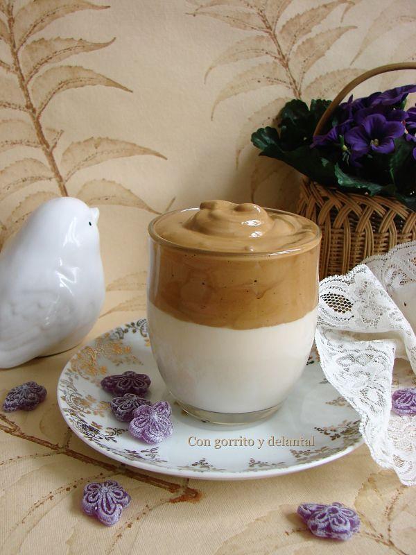 cafe-dalgona-con-caramelos-de-violetas-con-gorrito-y-delantal
