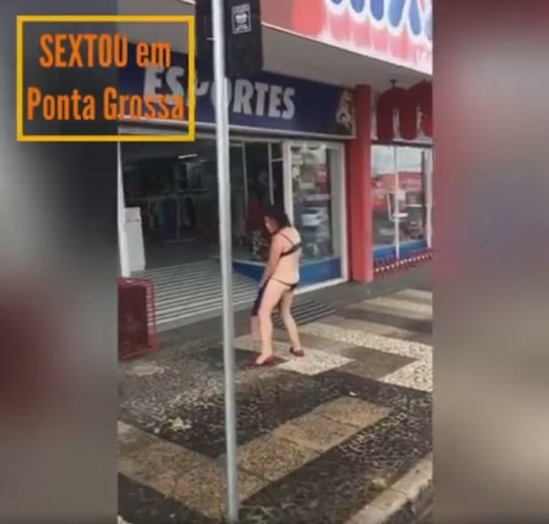 VÍDEO: 'Sextou' lá em Ponta Grossa... Mulher seminua desfila pelas ruas do centro