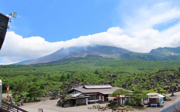頂が雲で覆われた浅間山