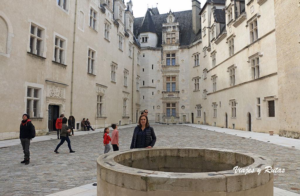 Interior del patio del Castillo de Pau en Francia