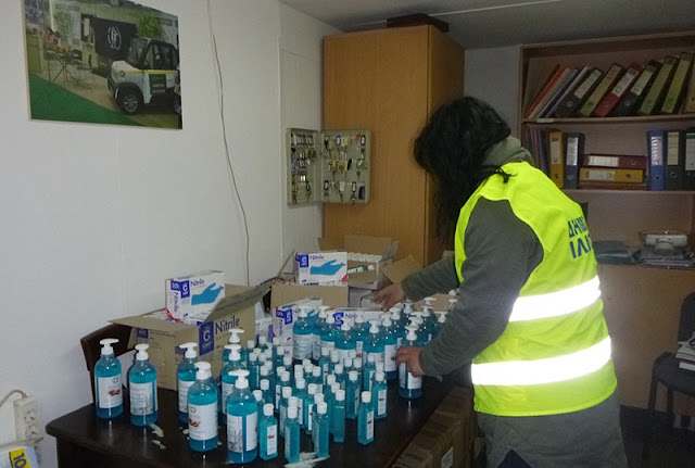 Σοβαρή καταγγελία από την Αλληλέγγυα Πόλη: Μοίρασαν στους εργαζόμενους του Δήμου Ιλίου ακατάλληλο υλικό ως αντισηπτικό – απολυμαντικό