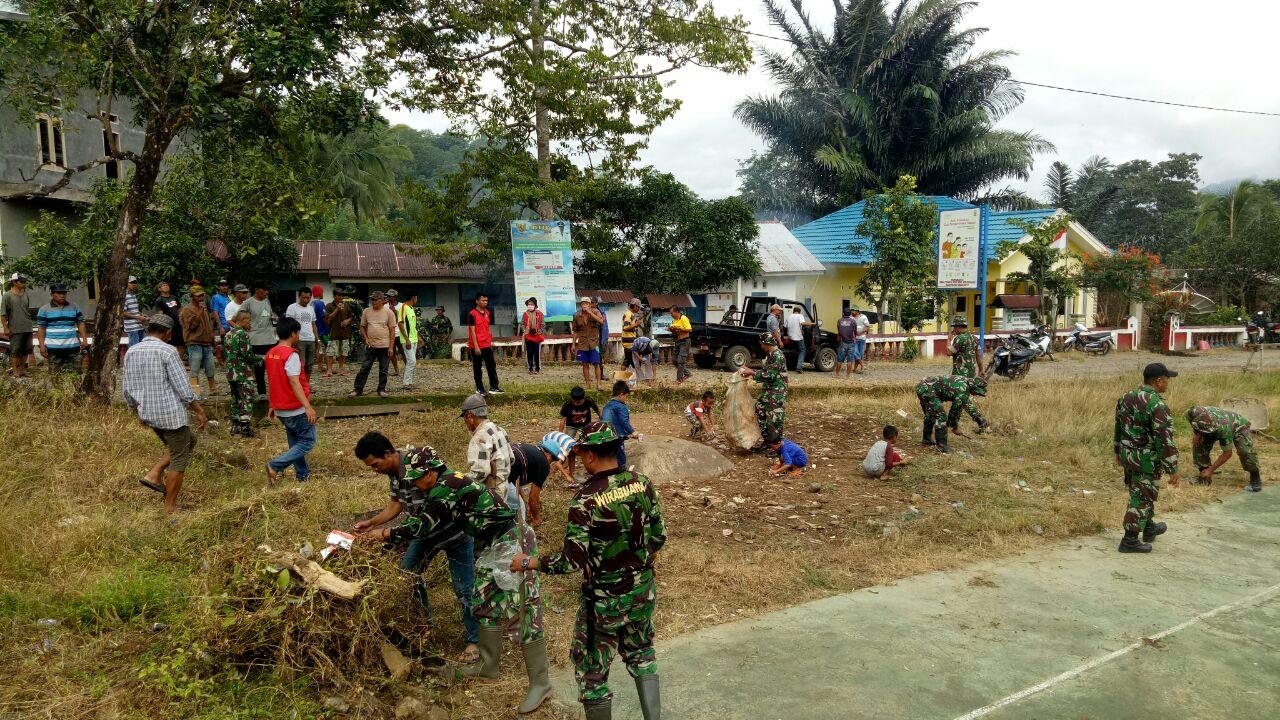 Bersama Warga, Personel Kodim 1424/Sinjai Gelar Kerja Bakti Diseputar Lokasi Upacara Pembukaan TMMD ke-105