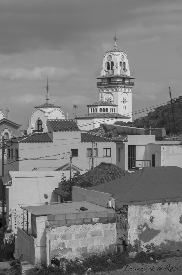 Casco antiguo del pueblo de Candelaria, entre tejados viejos puede verse sobresalir la torre de la basílica