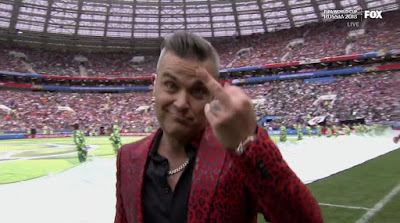 Robbie Williams col dito medio in diretta tv