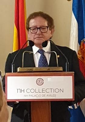 Ángel Laiz Castro agradeciendo la insignia de oro del Grupo Filatélico Avilesino