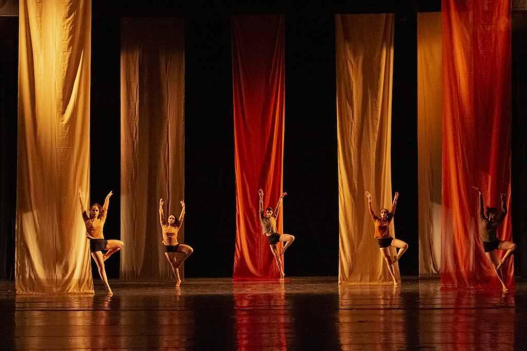 Totalmente online, a 13ª edição da Mostra Paranaense de Dança já faz história. Esta é a primeira vez que o maior festival de dança amadora do Paraná acontece virtualmente. Estudantes de dança, bailarinos e grupos já podem fazer inscrições e enviar suas coreografias produzidas e gravadas durante a pandemia