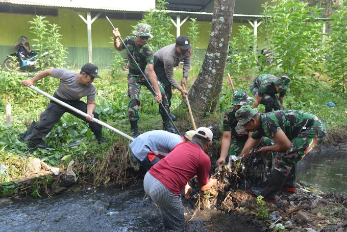 TNI Dan Polri Nyemplung Di Kali Rompang