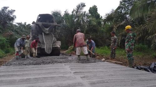 Sasaran Fisik Nyaris Tuntas, Personel Satgas TMMD dan Warga Fokus Pembuatan Jalan Rigid Beton