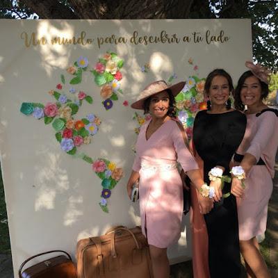 Damas de honor con pulseras personalizadas de papel