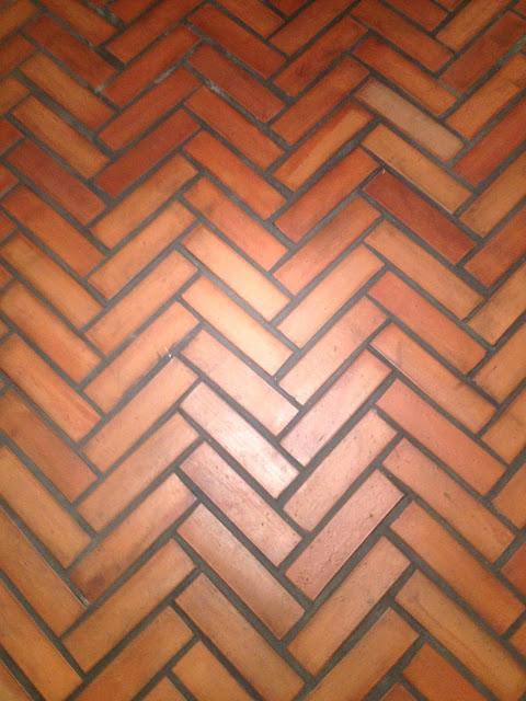 Ułożone na podłodze płytki ceglane GALICYJSKIE