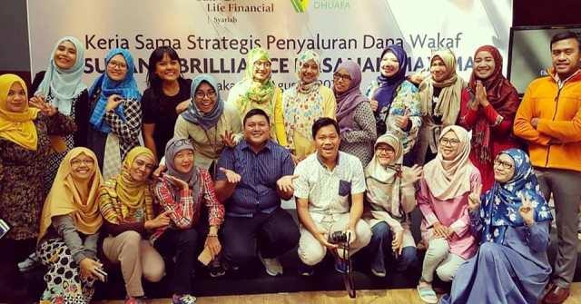 foto bersama teman teman blogges dalam peluncuran cara wakaf sun life financial syariah asuransi brilliance hasanah maxima dengan dompet dhuafa nurul sufitri