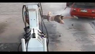 Γυναίκα τινάζεται στον αέρα τη στιγμή που ΚΛΕΒΕΙ βενζίνη ➤➕〝📹ΒΙΝΤΕΟ〞