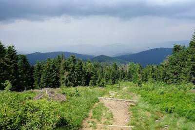 Końcowe podejście pod Czoło Turbacza, widoczne zbierające się chmury burzowe