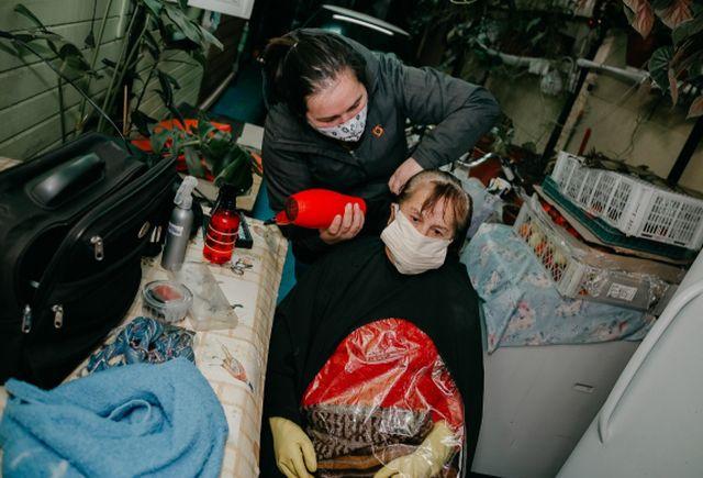 Río Bueno: Municipalidad implementa peluquería a domicilio para adultos mayores