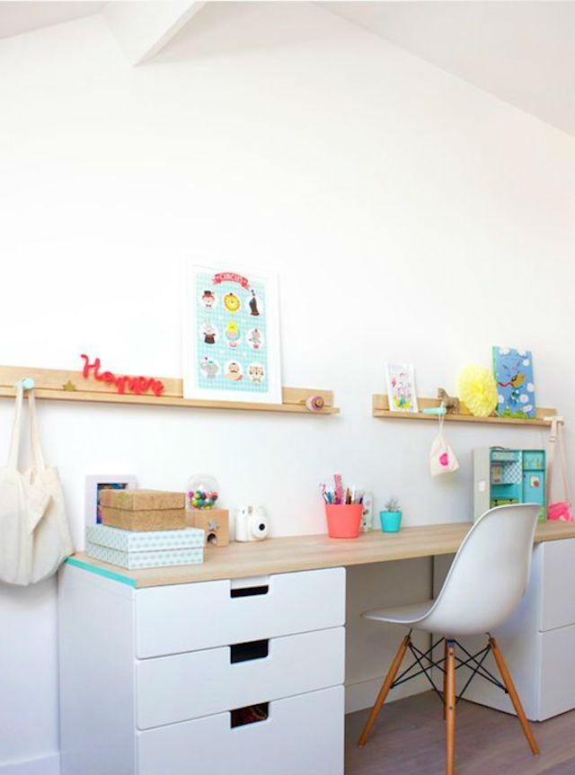 escritorio diy con tabla de madera y cajoneras en la base