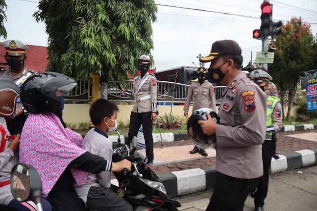 Polres Purbalingga Bagikan 66 Helm Dalam Rangka Operasi Patuh Candi 2021