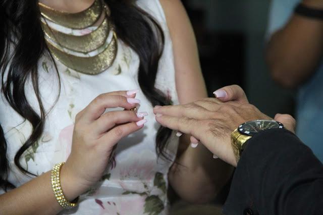 close ao colocar aliança no dedo do noivo