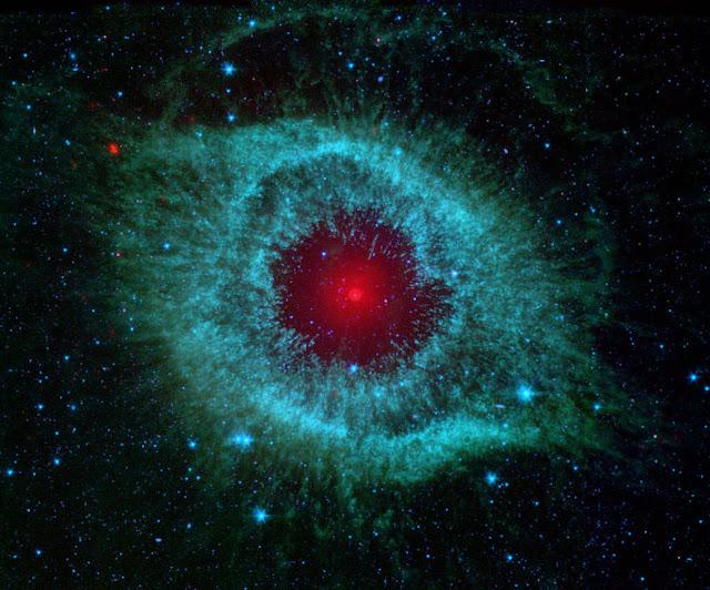 Nebulos da Hélice registrada no infravermelho pelo telescópio espacial Spitzer