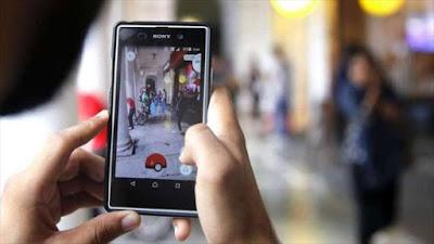 Un joven malayo a punto de capturar un pokemon en el mundo real.