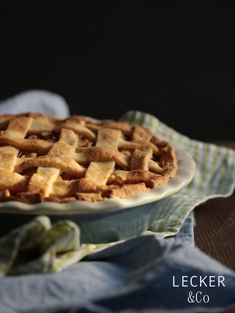 American Apple Pie, Apple Pie, American, Pie, Foodporn, apfelkuchen, kuchen, mürbteig, apple pie, backen, Foodblogger, lecker, Blog, Foodblog, Yummy, selbstgemacht, homemade, Blogger, Tina, leckerundco, Tina Kollmann, Apple Pie, American Pie, Pie, Apfelkuchen, Apfelpie, Apfel Kuchen, American Apple Pie, Aktfoto, Foodporn, Kuchen, Tarte