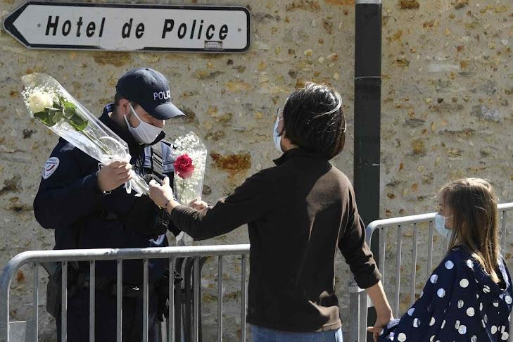 Mulher oferece flores pela policial feminina que imigrante islamista degolou