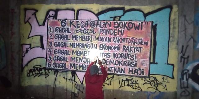 """Di Cikini Dibongkar Petugas, Mural """"6 Kegagalan Jokowi"""" Kembali Muncul di Kuningan"""