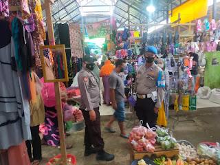 Personel Poksek Cendana Polres Enrekang Melaksanakan Oprasi Yustisi Bersama TNI Di Pasar Kabere