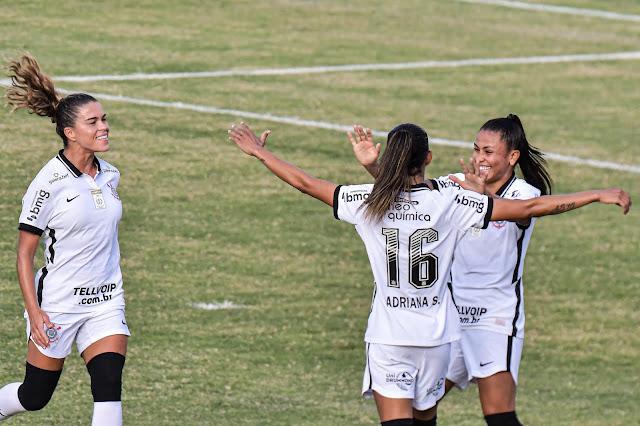 Jogadoras do Corinthians comemorando um dos gols da vitória sobre o Flamengo