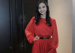 Cathy Fakandi Pakai Dress Merah