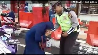 Viral Emak2 Gigit Tangan Polisi Di Kudus...Gemes Kali Ya 😂